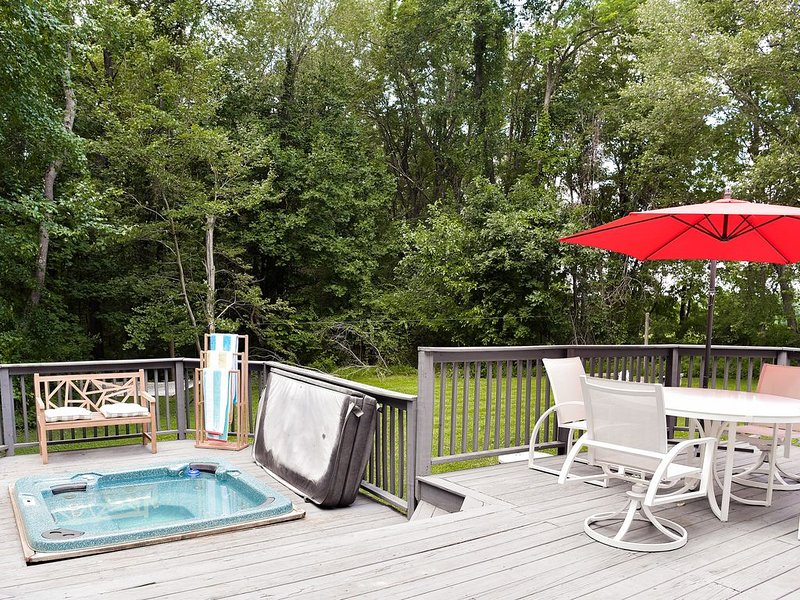 Secluded Vacation Home with private backyard oasis & access to resort amenities, vacation rental in Hampstead