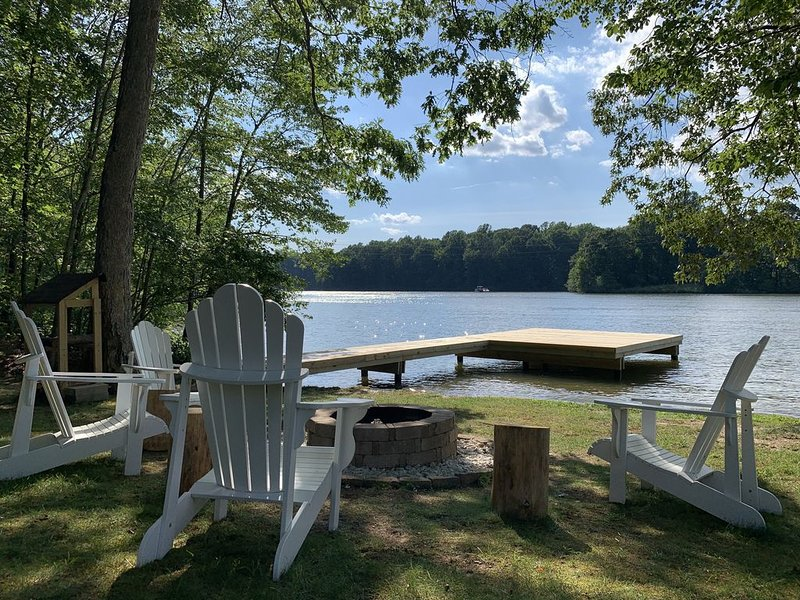 NEW LISTING! Captivating Waterfront with all amenities, holiday rental in Bumpass