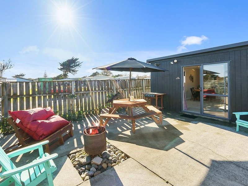 Himatangi Kiwi Bach - Himatangi Holiday Home, holiday rental in Levin