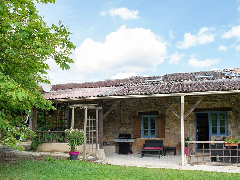 Secluded Holiday Home in Lacapelle-Biron with Swimming Pool, holiday rental in Gaugeac