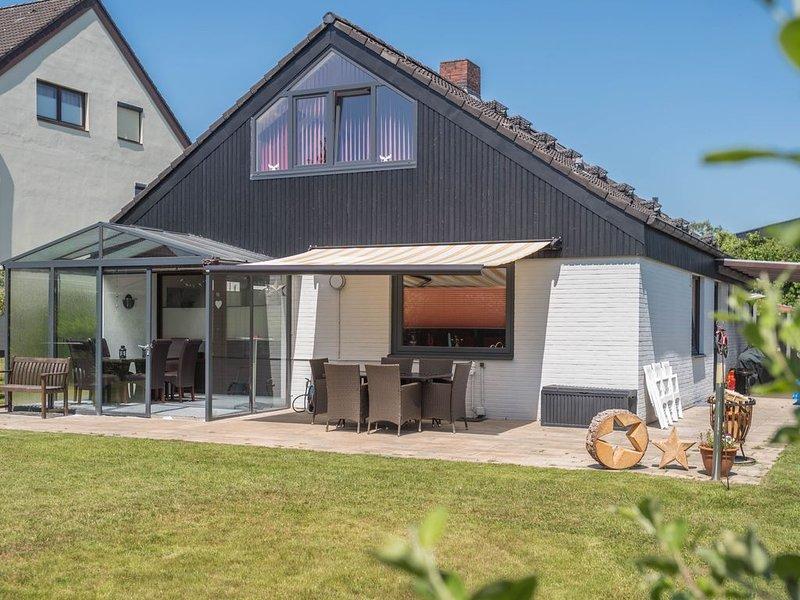 Helles Ferienhaus mit Garten, Wintergarten, Terrasse und WLAN; Haustiere erlaubt, location de vacances à Stadland