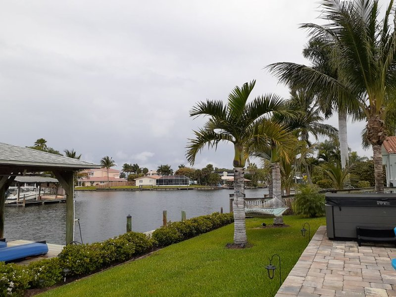 PARADISE AWAITS ! 4 BEDROOM HOME ON THE CANAL AND WALKING DISTANCE TO BEACH !, alquiler vacacional en Merritt Island
