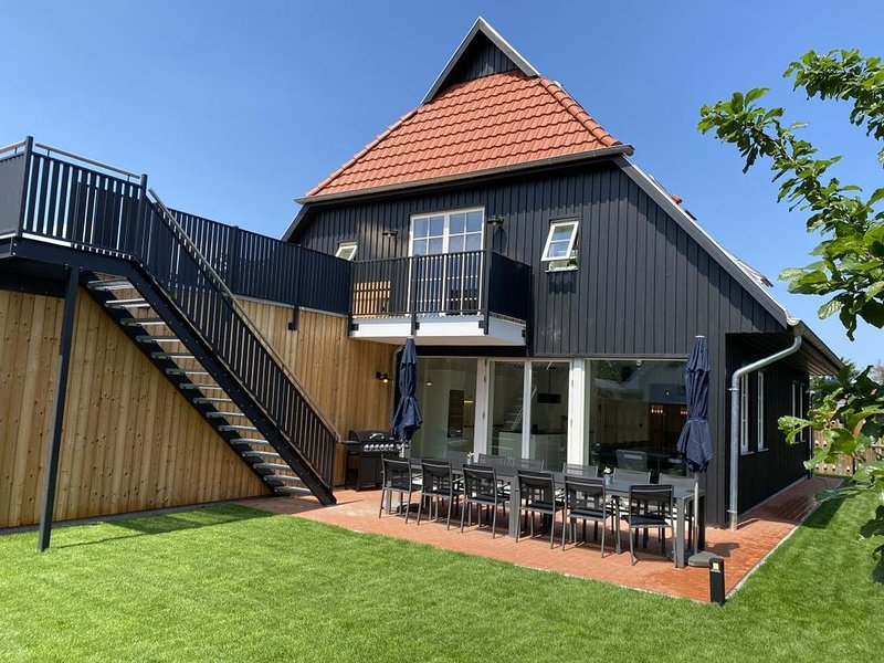 FH Magnolia fuer 12 Pers. mit Terrasse + Dachterasse, vacation rental in Born