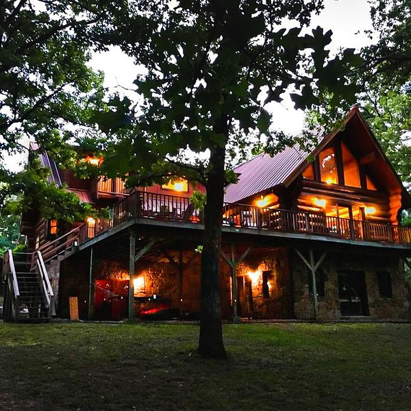 Secluded Log Home On Lake Hamilton With Private Boat Dock, vacation rental in Hot Springs