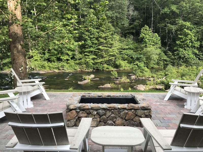 Large Recently Renovated Home on the Amazing Cheoah River: 8 miles to the Dragon, alquiler de vacaciones en Robbinsville