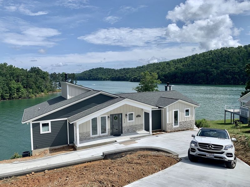 Southern Charm-New for 2020-Beautiful Lake Views-No Steps to Dock, vacation rental in La Follette