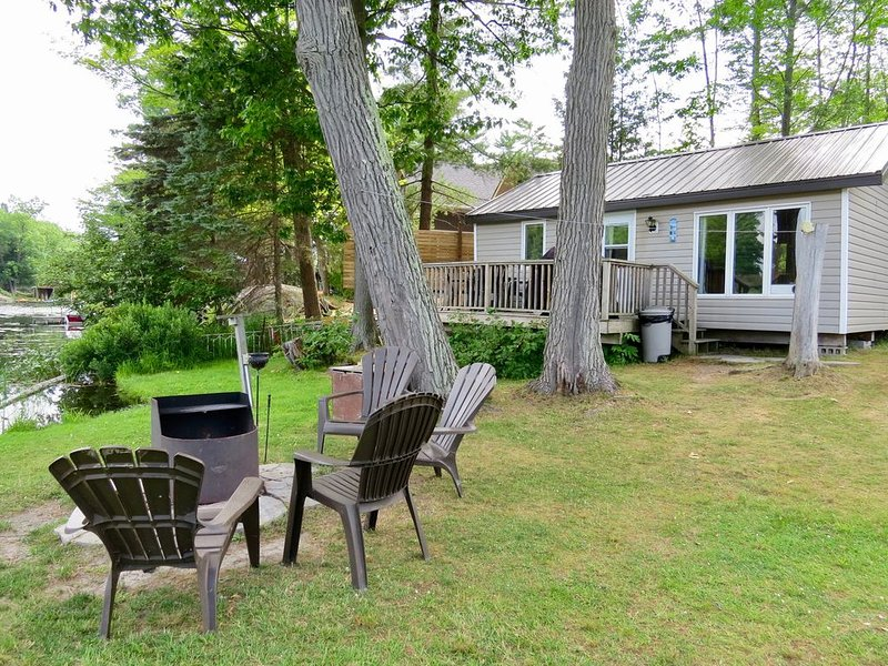 3 BEDRM WATERFRONT COTTAGE, CANOE, KAYAKS, WIFI, holiday rental in Big Chute