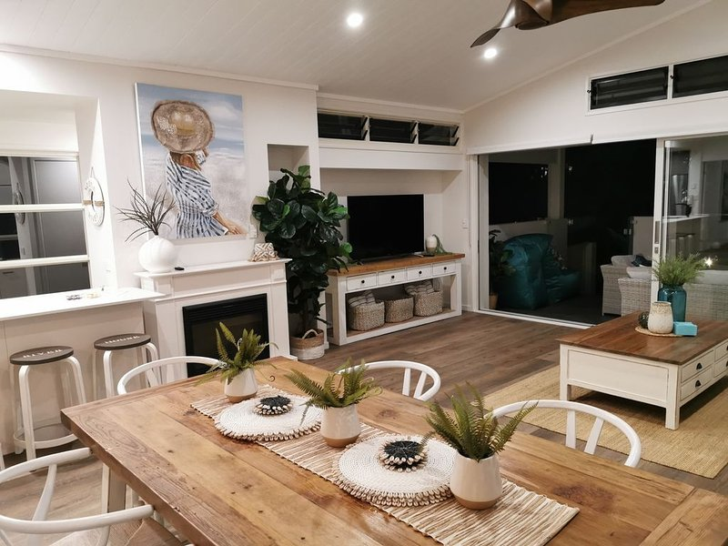 RIVERSTONE on HOWARD      'Luxury River Villa', holiday rental in Doonan
