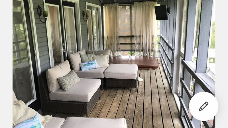 Beautiful waterfront lake house, vacation rental in Seven Oaks