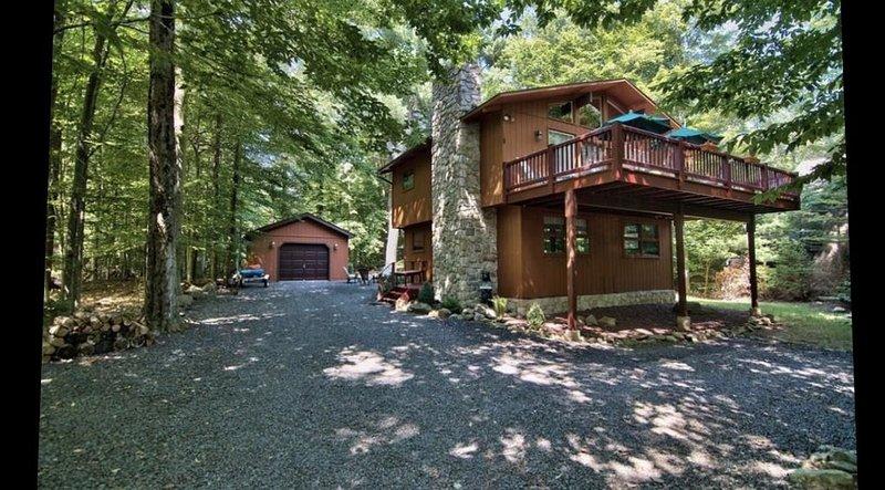 Two Pines Camp - Raised Chalet in Lake Naomi, casa vacanza a Pocono Pines