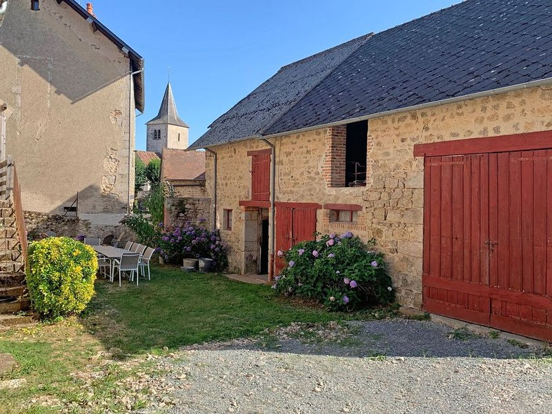 Countryside Holiday Home in Poil with Private Garden, aluguéis de temporada em Millay