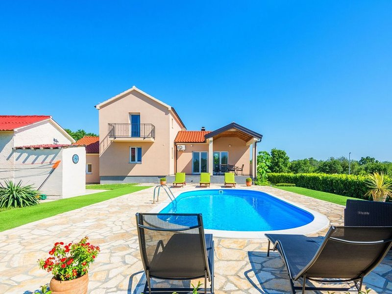 Luxurious Holiday Home in Policnik with Swimming Pool, vacation rental in Policnik