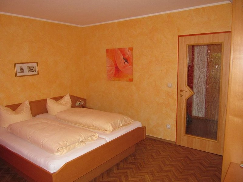 Geräumige Soutterrain-Appartement in Bad Füssing mit überdachter Terasse, holiday rental in Bad Fussing