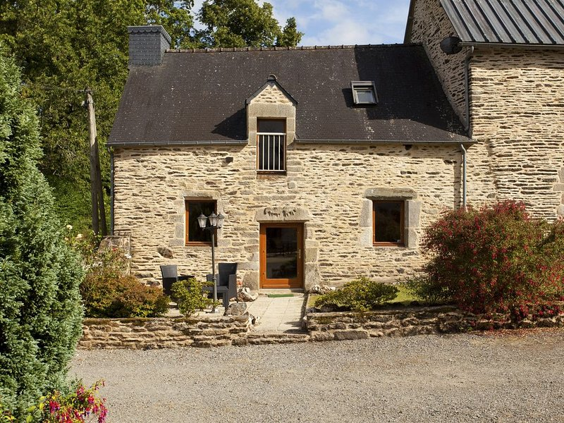BOOK NOW FOR 2021 - Stone cottage,  private covered heated pool near Josselin., location de vacances à Lanouée