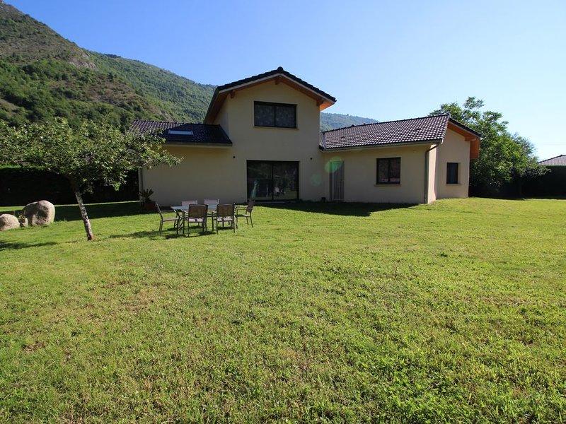 BELLE VILLA CONTEMPORAINE PROCHE RANDONNÉE ET STATION DE SKI, location de vacances à Vicdessos