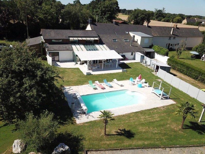Grande maison de 320 m2 avec piscine à la campagne, holiday rental in Liffre
