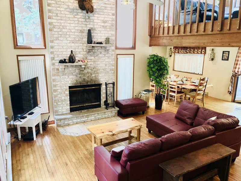 Across From Amenities Ski/Indoor Pool/Gym/Restaurant- A short - walk see video -, holiday rental in Bushkill