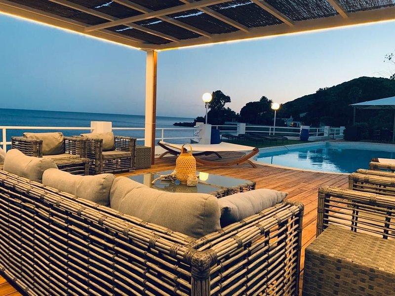 Sublime villa pieds dans l'eau à proximité des îles Sanguinaires et Capo di fenu, vacation rental in Ajaccio