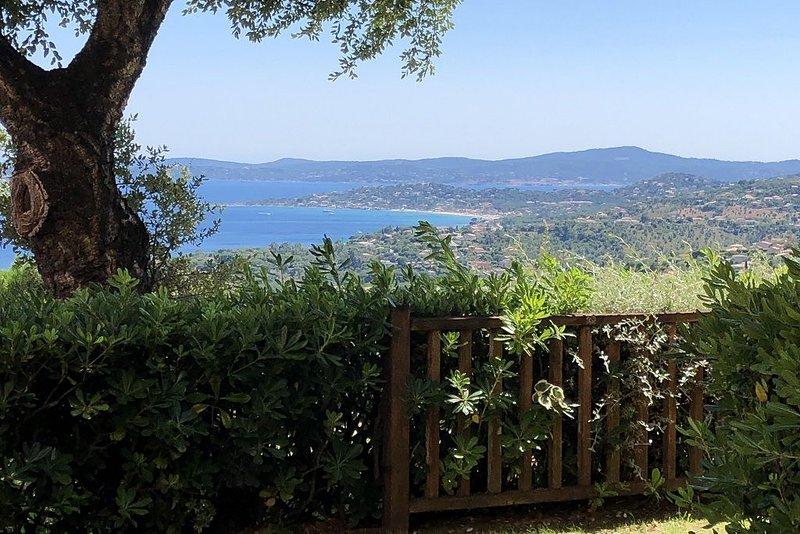 Vue panoramique sur le golfe de St Tropez - 2 pièces tout confort avec piscine, location de vacances à Les Issambres