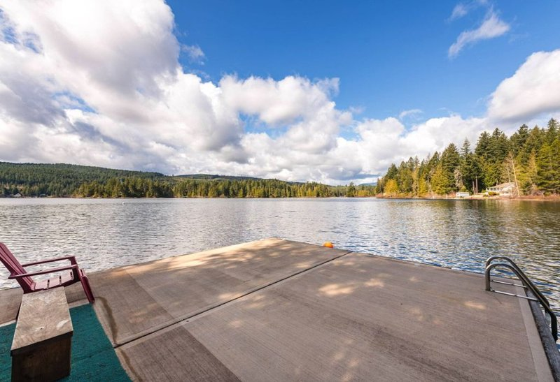 Shawnigan Lake Waterfront Getaway, vacation rental in Cobble Hill
