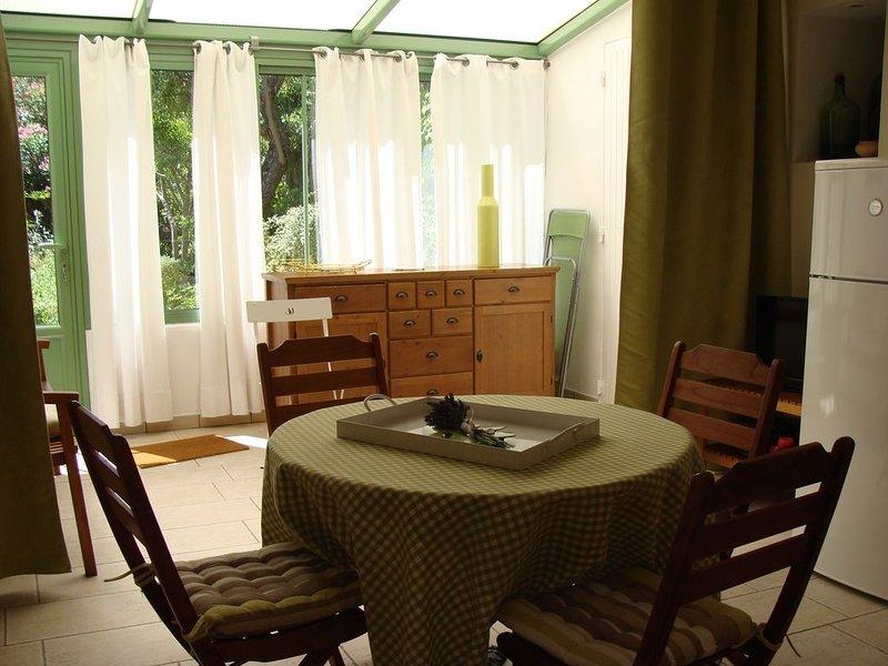 Gîte indépendant avec parking   dans jardin arboré et fleuri proche d'Avignon, holiday rental in Saint Saturnin les Avignon