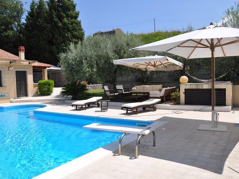 Villa con piscina in collina, holiday rental in Monforte San Giorgio