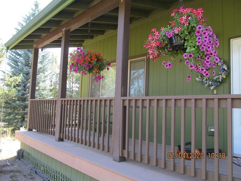 A charming NE Bend home in a private park-like setting, casa vacanza a Alfalfa
