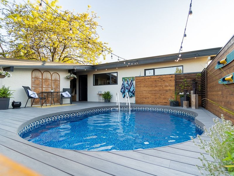 Huge deck w/ Heated Pool. Private & Very Clean. Families, Kids & Pets Welcome!, alquiler de vacaciones en Kelowna