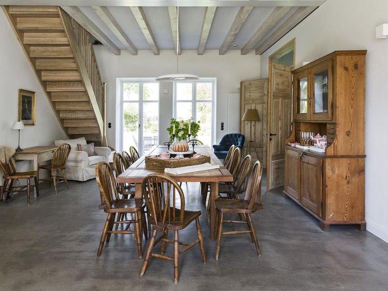 Großzügiges Landhaus in Ostseenähe mit großem Garten, Ofen und Sauna für 10 Erwa, holiday rental in Hasselberg