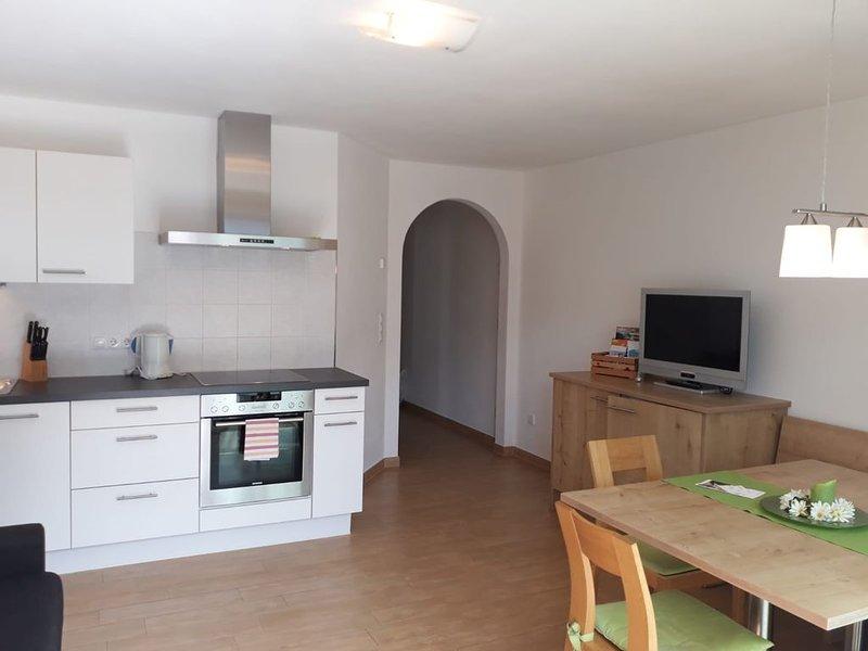 Charmante 'Ferienwohnung Rot' mit Bergblick, WLAN, Balkon & Garten; Parkplätze v, vacation rental in Vipiteno
