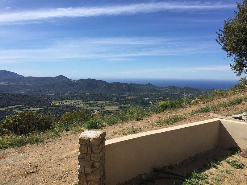 Rez-de-jardin vue mer montagne très calme ,, casa vacanza a Belgodere