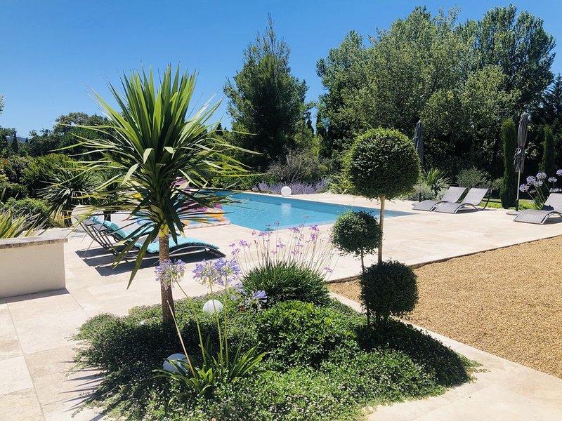 Magnifique villa-Climatisée. Vue Alpilles, piscine au sel, 4'Saint Remy Provence, holiday rental in Eyragues