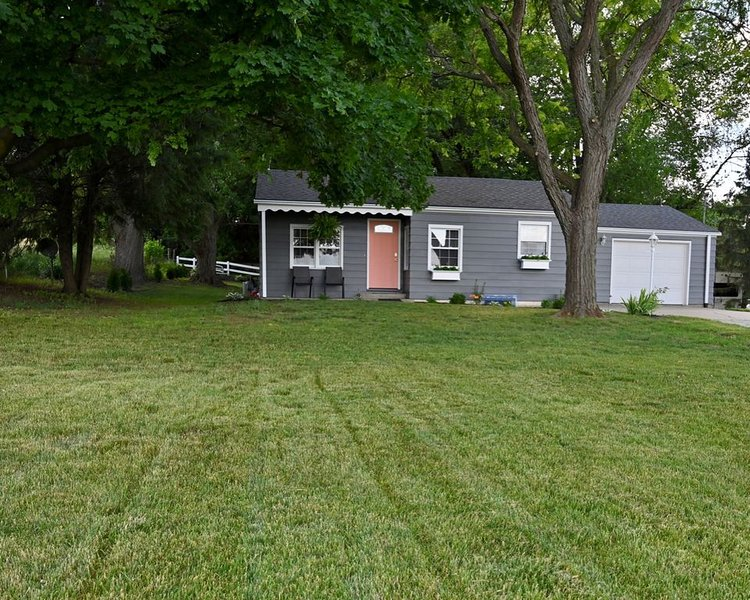 Newly renovated country cottage, 2.5 miles from Shipshewana, relaxing fountain, casa vacanza a Middlebury