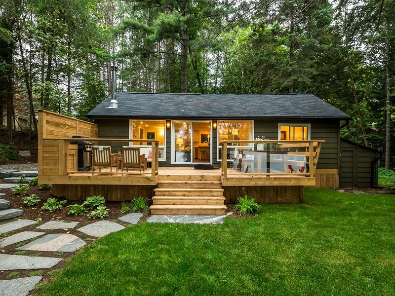 Family And Pet Friendly Lakefront Cottage With Bunkie On Oxtongue Lake, alquiler de vacaciones en Dwight