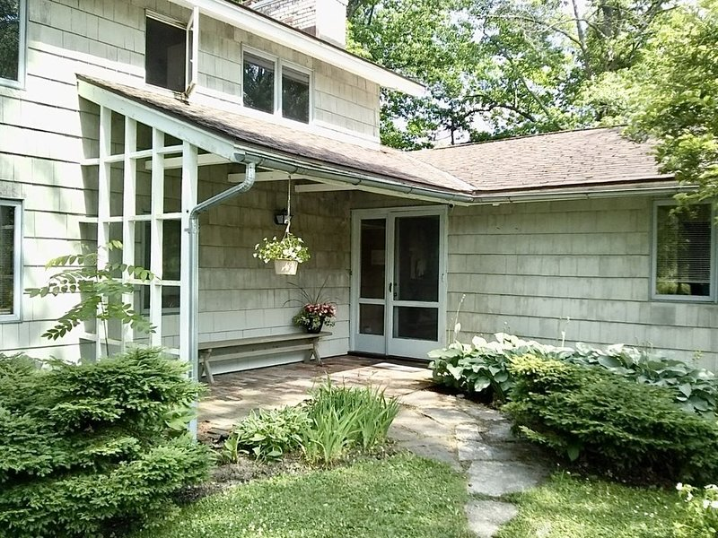 Gracious Mid-Century Modern--Right on Cazenovia Lake, with Expansive Grounds, vacation rental in Oneida