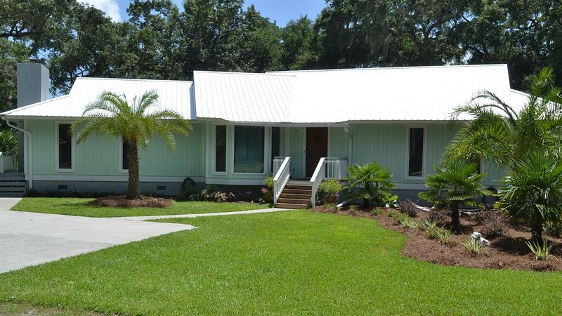 Direct Waterfront with Dock! Sunset Cottage at Colonels Island near Savannah, alquiler de vacaciones en Townsend