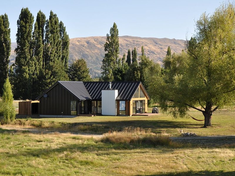 NEW HOUSE - 3 Bedroom luxury and tranquility in beautiful Wanaka, holiday rental in Lake Hawea