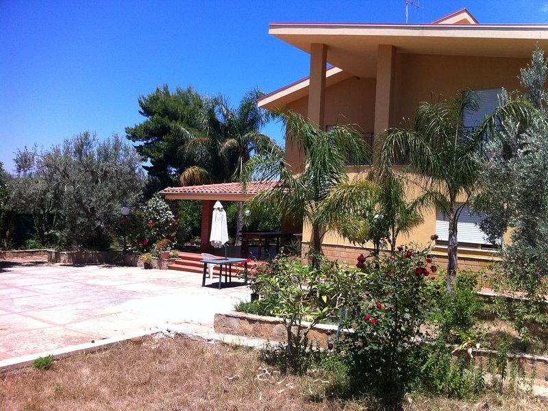 Villa con 5 camere da letto, ampio giardino, a 8 km dall'aeroporto 2 km dal mare, aluguéis de temporada em Cinisi