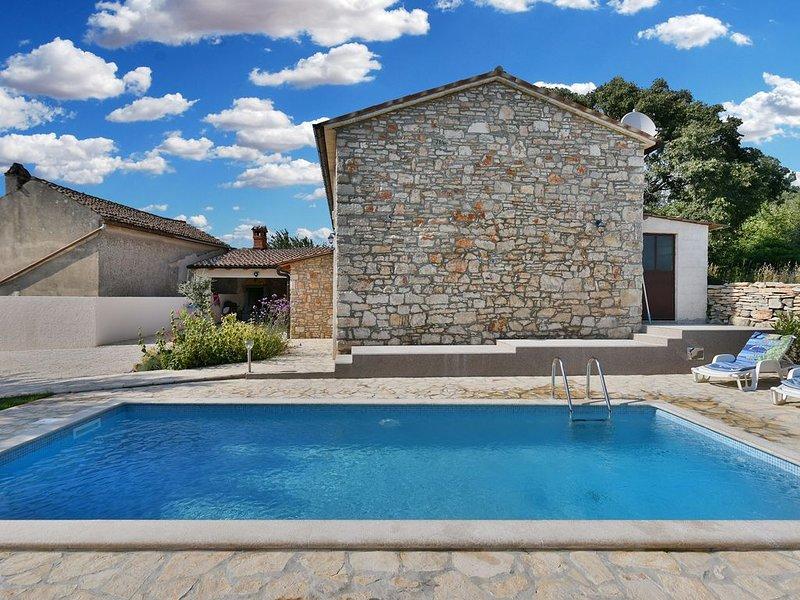 Steines Haus, erneut, mit Klimaanlage und Grill, holiday rental in Galizana