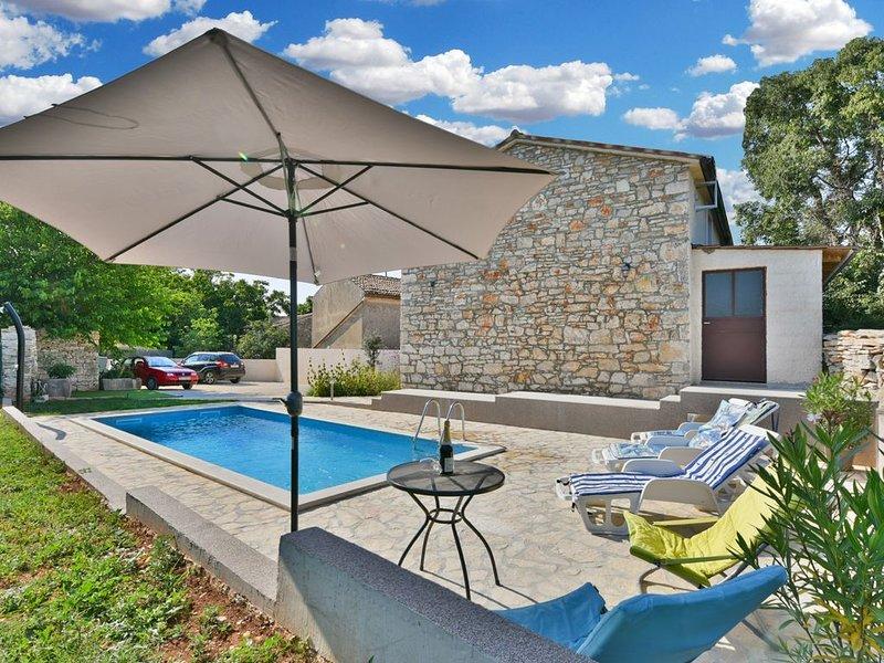 Steines Ferienhaus, ruhige Lage, Grill und Garten, holiday rental in Galizana