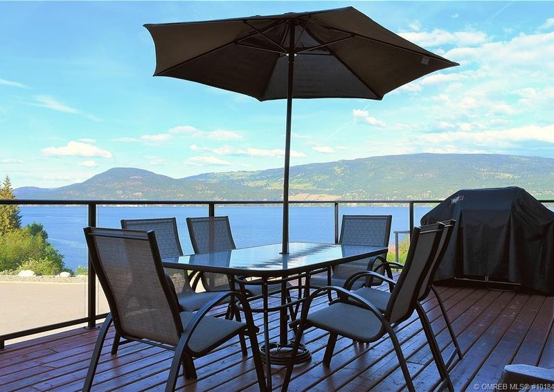 Steps from the Beach! Family Friendly 4BR Cottage with Stunning View At La Casa, vakantiewoning in South Fintry