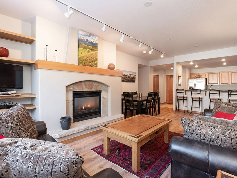 Best prices in Arrowhead! New remodel! Ski in/out! Heated lap Pool/hot tub!, location de vacances à Edwards