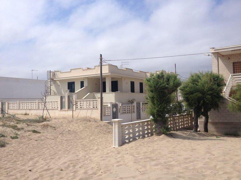Casa Primo Piano con accesso sulla spiaggia vista mare con terrazzo, holiday rental in Avetrana