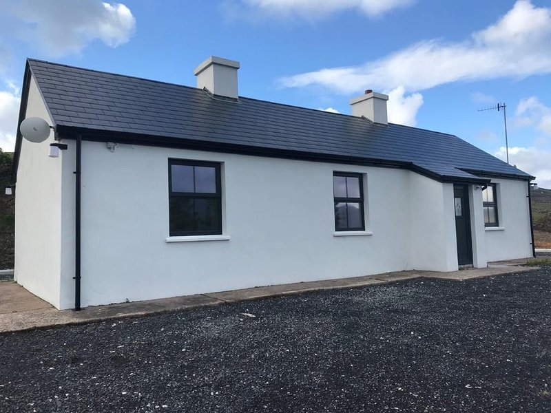 Two Bedroom Traditional Cottage near Achill Sound on the Wild Atlantic Way., vacation rental in Achill Island