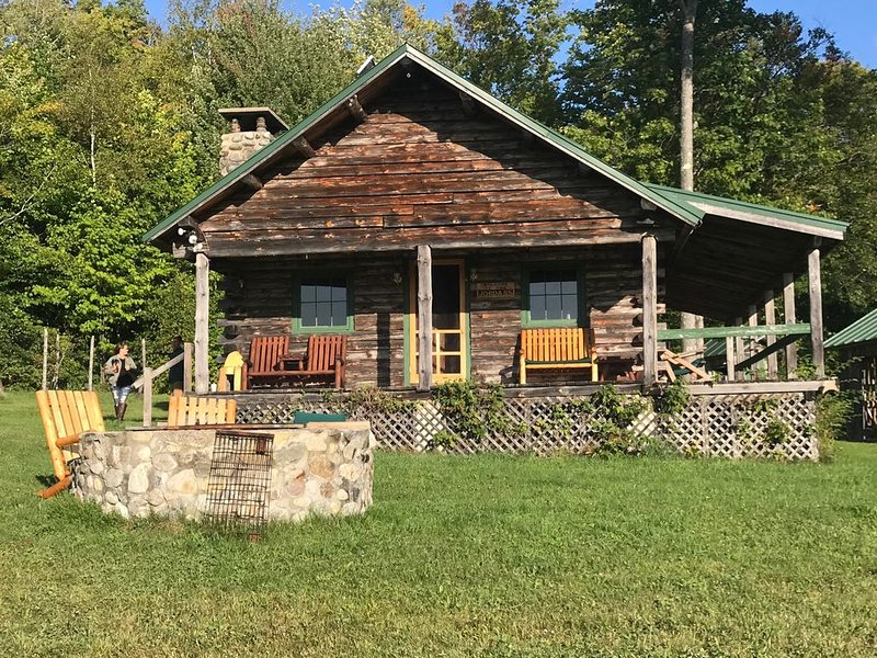 Rustic cabin in wood, holiday rental in Kingfield