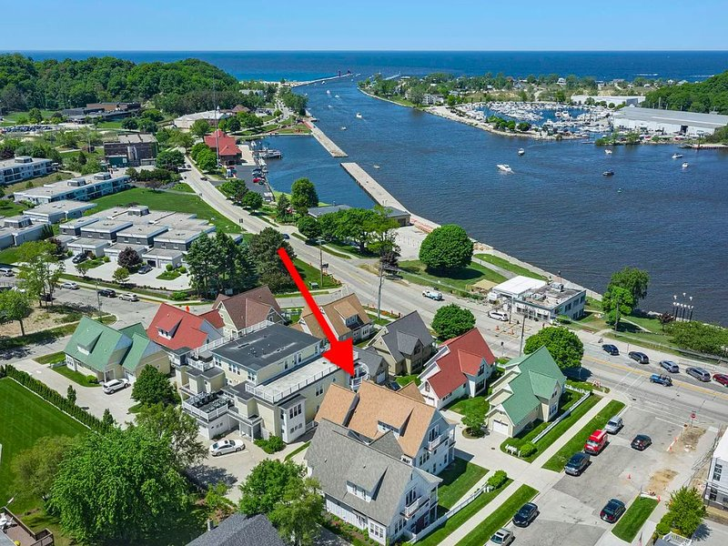 BEST CONDO IN GRAND HAVEN.  2+ Bedrooms, Pool, Lake Views, Downtown!, location de vacances à Grand Haven