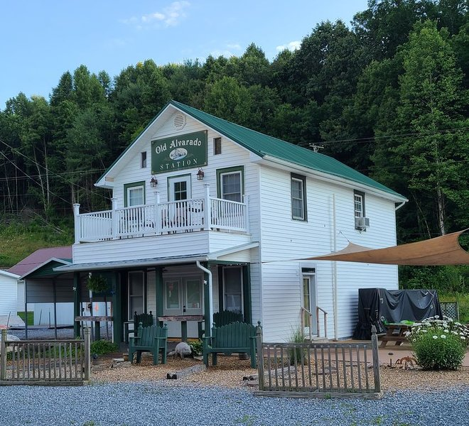 Apartment Directly ON The Virginia Creeper Trail !, holiday rental in Glade Spring