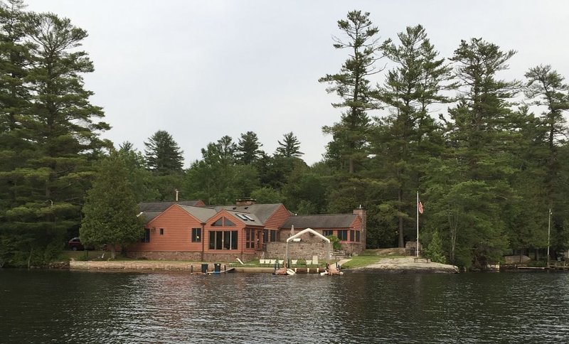Beautiful Brant Lake home with direct lakefront, hot tub and snowmobile access!, holiday rental in Adirondack
