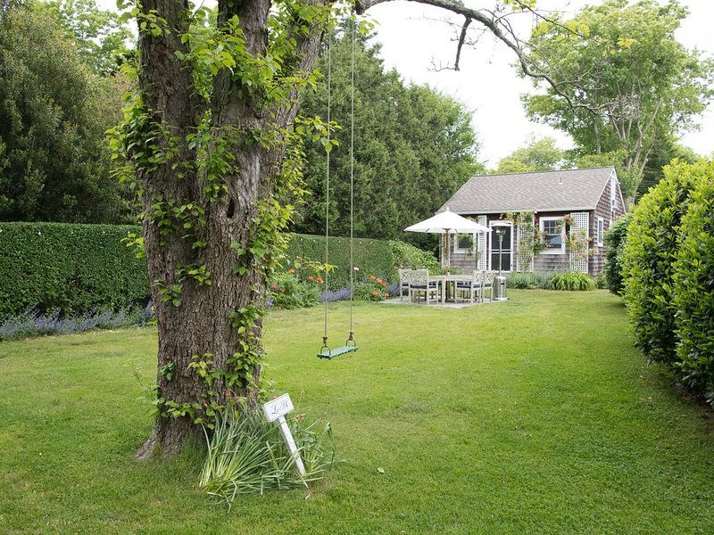 Amagansett Village Lanes Cottage - Walk to Ocean Beaches and Village, location de vacances à Amagansett