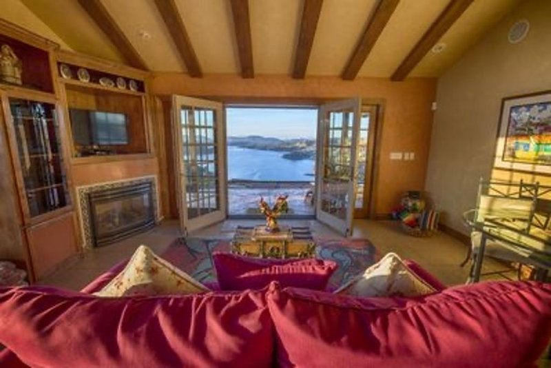 Breathtaking Vineyard and Lake Views, Secluded One of Kind Retreat, holiday rental in Jamestown